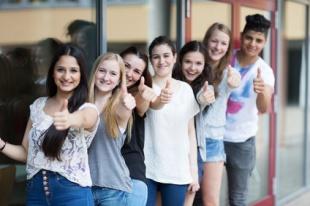 Erfolgreiche Schüler halten Daumen hoch