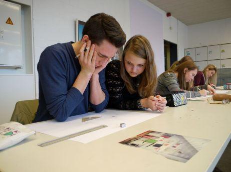 Kunstunterricht in der Oberstufe, Kurs E 1 Poessnecker. Thema der Unterrichtssequenz: Architektonische Konstruktion. Schüler arbeiten gemeinsam an ihren künstlerischen Aufgaben: Nick und Mercedes.