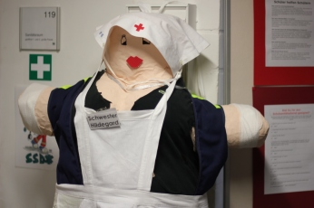 Das Maskottchen unserer Schul-Sanis: Schwester Hildegard.