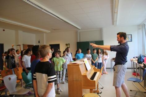 Der Tenor Aaron Cawley zu Gast beim Chor der Theodor-Fliedner-Schule.