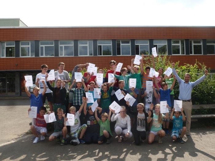Teilnehmer und Teilnehmerinnen der Theodor-Fliedner-Schule freuen sich über ihren Erfolg beim HEUREKA!-Wettbewerb 2015.