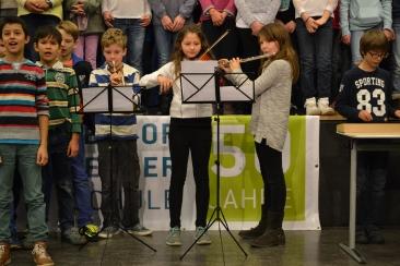Instrumentalisten begleiten den großen Chor.
