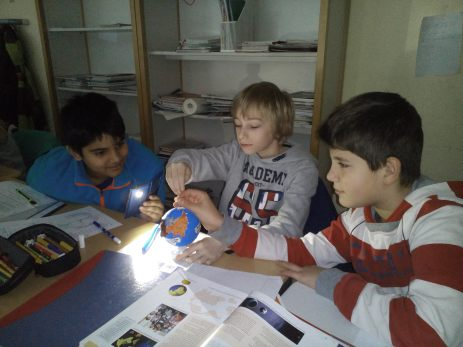 Fünftklässler simulieren Tag und Nacht mit Hilfe selbst gebastelter Globen und Taschenlampen-Apps